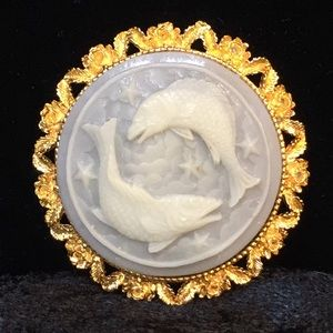 Jewelry - Light green double fish cameo brooch n003